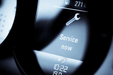 """Détail avec une icône d'avertissement sur le tableau de bord d'une lecture «Service Now"""" de voiture."""