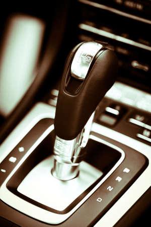 Detail op een automatische versnellingspook in een nieuwe auto