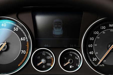 자동차의 대시 보드에 게이지와 색상 세부 사항