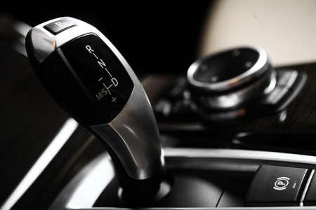 새 차 자동 기어 시프터에 대한 세부 사항