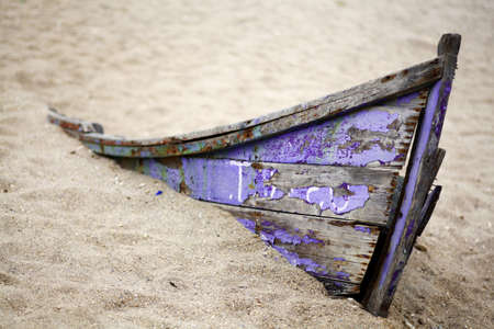 버려진 보트의 컬러 사진은 모래에 갇혀