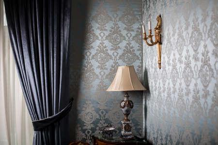 muebles antiguos: Imagen en color de una lámpara de mesa de edad
