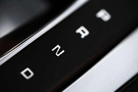 palanca de cambios: Close-up shot de las posiciones de la palanca de cambios autom�tica en un coche. Foto de archivo