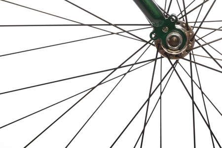 détail de la couleur de la roue d'une bicyclette, avec des rayons.