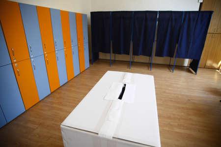 encuestando: Shot en color de una encuesta en un colegio electoral. Foto de archivo