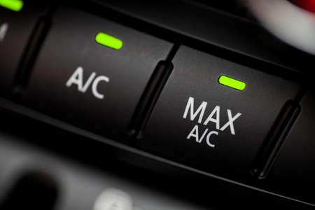 자동차 내부의 에어컨 버튼 색상 세부 사항입니다.