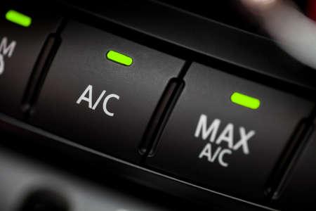 Kleur detail met de airconditioning knop in een auto. Stockfoto