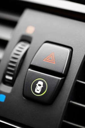 flashers: Detalle de un bot�n de alerta en un coche.