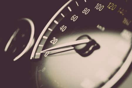 compteur de vitesse: Gros plan d'un compteur de vitesse dans une voiture.