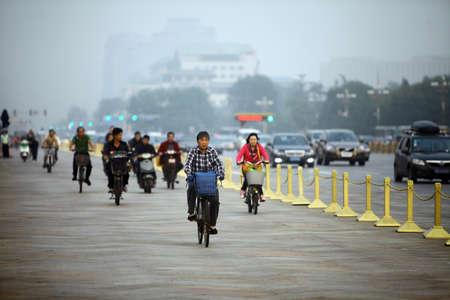 contaminacion ambiental: Beijing, China - 25 de septiembre 2014: La gente montar sus bicicletas en las calles de Beijing, China. Editorial