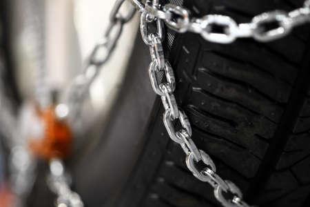 Horizontalen Detailaufnahme der einige neue Schneeketten auf Reifen eines Autos. Standard-Bild - 33838343