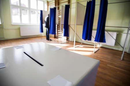 encuestando: Tiro del color de un sondeo en un colegio electoral. Foto de archivo