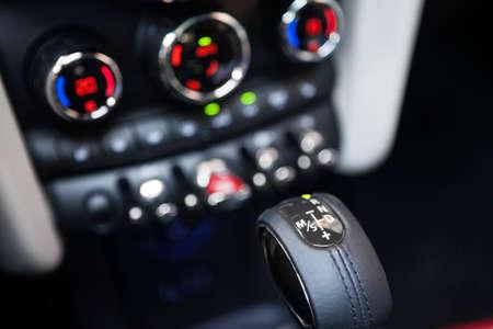 palanca de cambios: Detalle en una palanca de cambios autom�tica en un coche nuevo.