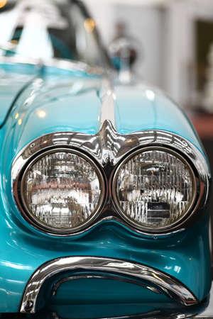Kleur detail op de koplamp van een vintage auto.