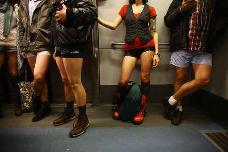 """bragas: BUCAREST, RUMANIA - 11 de enero de 2015: Las personas que llevan sin pantalones participar en el """"No Pants Subway Ride 'en Bucarest, Rumania. No Pants Subway Ride es un evento anual a nivel mundial comenz� en Nueva York, EE.UU., en 2002."""