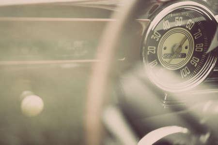 velocimetro: Tiro horizontal en color del velocímetro de un coche de época.