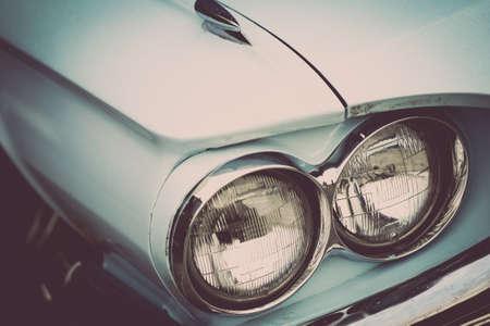 Cor detalhe sobre o farol de um carro vintage.