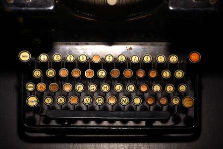 maquina de escribir: Color de detalle horizontal del teclado de una vieja máquina de escribir.