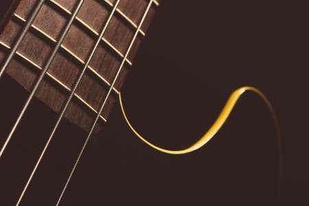暗い背景に、ギターのフレット ボードの詳細です。 写真素材