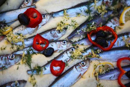 sardinas: El color del detalle tiro de algunas sardinas cocinadas con verduras. Foto de archivo