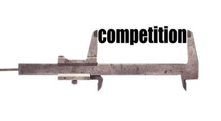 """competitividad: Color de tiro horizontal de una pinza y la medici�n de la palabra """"competencia"""". Foto de archivo"""