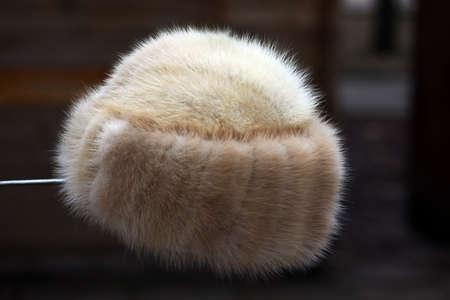 white fur: Imagen en color de un sombrero de piel blanco. Foto de archivo