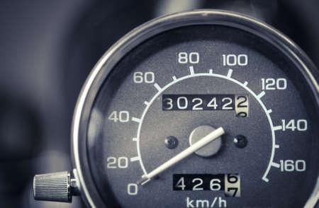compteur de vitesse: détail de couleur avec le compteur de vitesse d'une moto. Banque d'images