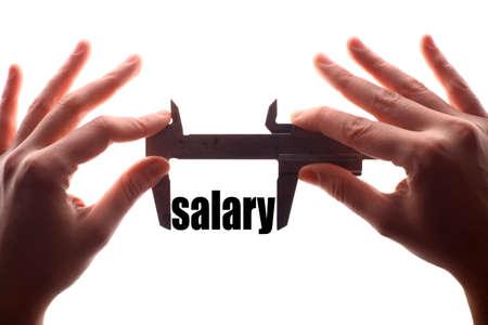 """remuneraci�n: tiro horizontal del color de dos manos que sostienen una pinza y la medici�n de la palabra """"salario""""."""