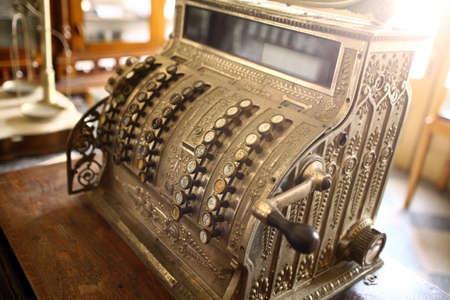maquina registradora: imagen en color de una caja registradora de la vendimia.