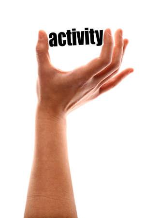 色の垂直方向のショット、単語「活動」を絞る手の。