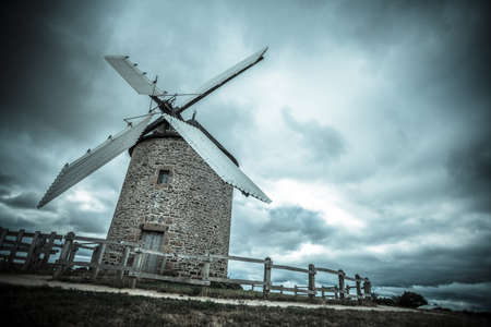 viento: color de la imagen de un viejo molino de viento. Foto de archivo