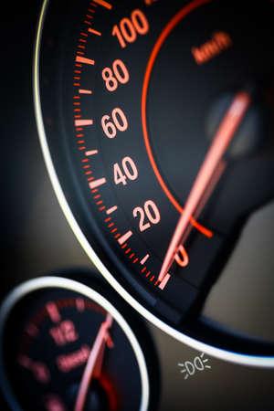 silhouette voiture: Gros plan d'un compteur de vitesse dans une voiture.