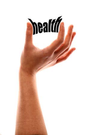 """autocuidado: tiro vertical de color de una de una mano apretando la palabra """"salud""""."""