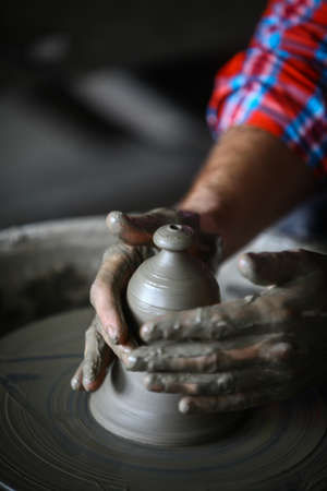 alfarero: color de la imagen con las manos de un alfarero de trabajo.