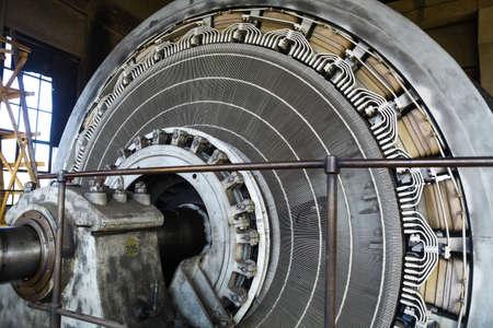 Gros plan d'un stator d'un grand moteur électrique.