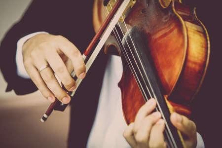 violines: Detalle de la viola que es jugado por un músico