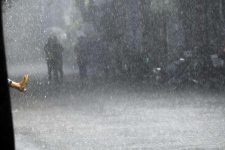 Image couleur du pied d'une femme dans une pluie torrentielle.