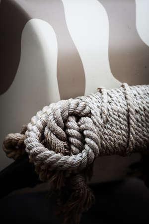 gefesselt: Farbe vertikale Bild von einigen gebunden Seil.