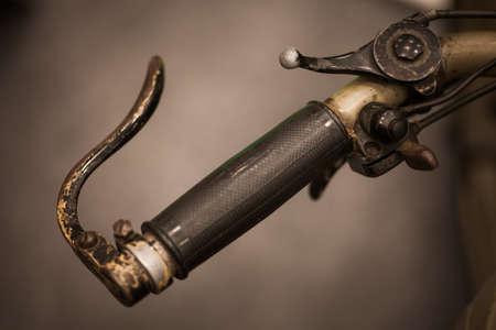 palanca: Color detalle tiró de la palanca de embrague en una motocicleta de la vendimia. Foto de archivo