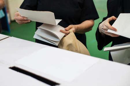 encuestando: Una persona que se prepara para emitir su voto en un colegio electoral durante la votación.