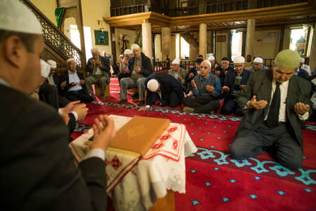 fidelidad: Mangalia, Rumania - 27 de mayo, 2016: musulmanes mantienen su oración del viernes en la mezquita en Mangalia, Rumania.
