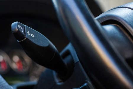 palanca: Color de cierre el material de la palanca de los intermitentes de un coche. Foto de archivo