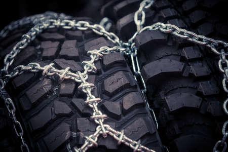 Close up Schuss von einigen Schneeketten auf Reifen montiert. Standard-Bild - 65571534