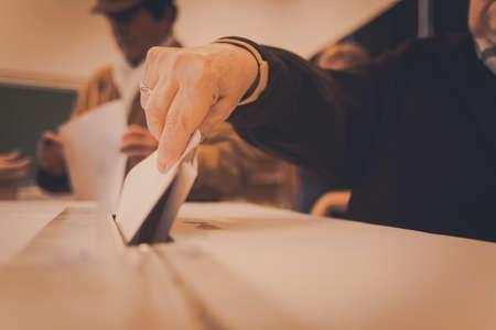 encuestando: Una persona emite su voto durante la votación para las elecciones parlamentarias en un colegio electoral en Bucarest, Rumania. Foto de archivo