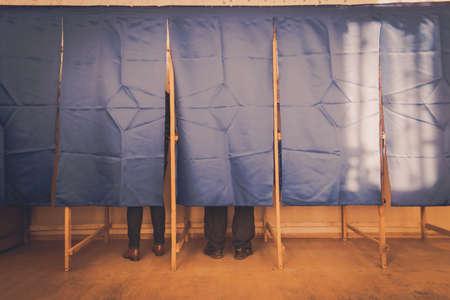 Les gens votent dans un bureau de vote à un bureau de vote.