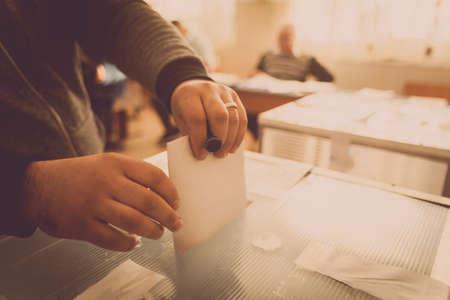人は、ブカレスト、ルーマニアのポーリング駅での議会選挙のための投票の間に彼女の投票をキャストします。