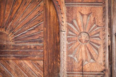 tallado en madera: Cierre de tiro de alguna decoración de madera en Rumania. Foto de archivo