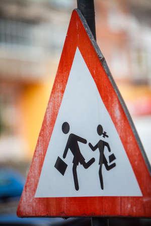 Cierre de disparo de un signo de cruce de peatones.