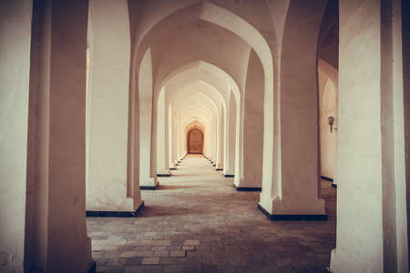 Arched hallway perspective at Mir-i-Arab medressa in Bukhara, Uzbekisan. 版權商用圖片
