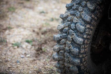 Close up shot of a muddy off road tire on a 4x4 car. Banco de Imagens